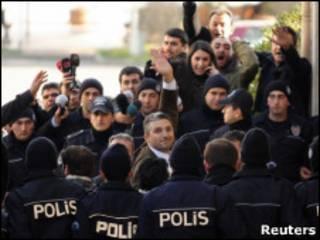 بازداشت روزنامه نگاران توسط گروه های حقوق بشری و مدنی محکوم شده است