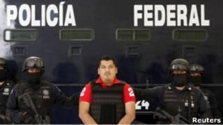 Маркос Кармона Эрнандес в окружении полицейских