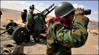 """فرض منطقة حظر جوي """"قد يتطلب قصف الدفاعات الجوية الليبية"""""""