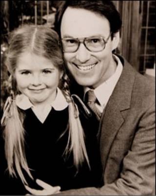 Sarah Monahan e Robert Hughes em foto de divulgação da série Hey Dad!