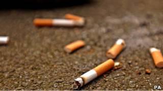 Сигаретные окурки на земле