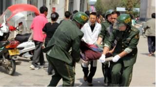 إنقاذ المصابين في زلزال ينغجيانغ
