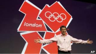 رئيس لجنة أولمبياد لندن سباستيان كو أثناء الكشف عن الشعار