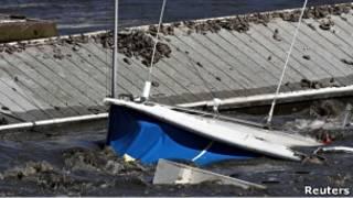 قارب يغرق في ساحل سانتا كروز بولاية كاليفونريا الأمريكية
