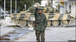 Солдат біля танку у місті Завія