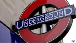 Вывеска метро в Лондоне