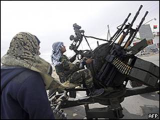 Rebeldes usam armas antiáreas antes do ataque das forças do governo em Brega, na Líbia (AFP/Getty)