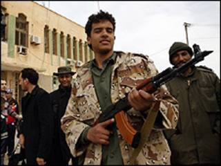 Miliciano pró-Khadafi exibe um rifle