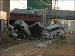 Carros empilhados em Sendai