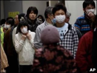 Moradores de Fukushima em abrigo