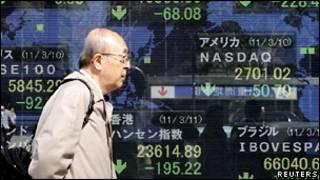 Японец на фоне биржевых индексов