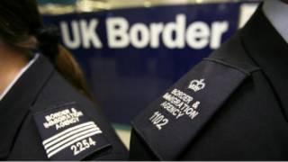 Сотрудники Пограничного агентства в аэропорту Гэтвик