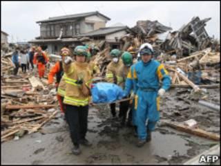 Equipe de resgate retira corpo de escombros em Sendai, na província de Miyagi