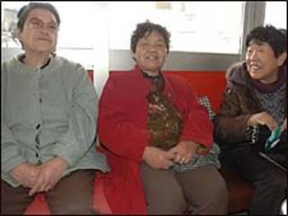 A senhora Matsuda (direita) puxa conversas animadas com as amigas, para se distrair. Foto: Ewerthon Tobace