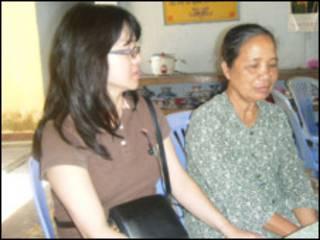 Bà Jennifer Truong (bên tay trái) ở Việt Nam