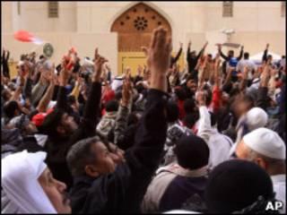 Manifestantes protestam em frente à embaixada saudita no Bahrein