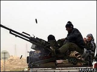 Rebeldes na cidade de Ajdabiya (Reuters)