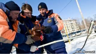 Сотрудники МЧС проверяют уровень радиации