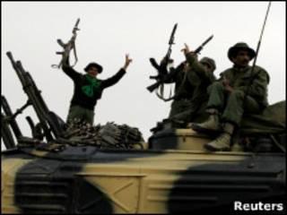 Soldados do governo líbio no caminho para Ajdabiya, em foto de 15 de março de 2011