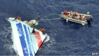 جزء من حطام الطائرة في مياه الأطلسي