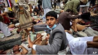 Раненые в ходе расстрела демонстрации в Йемене