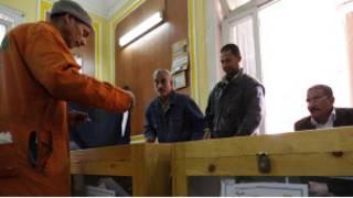 مصري يدلي بصوته في الاستفتاء