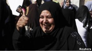 Избирательница показывает палец, измазанный в краске
