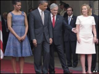 Obama e Piñera acompanhados de suas mulheres (Foto: AP)