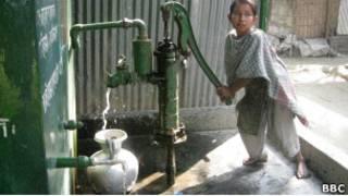 12-летняя Шеули Ахтер из Бангладеш набирает воду