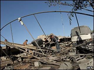 Palestinos inspecionam construção do Hamas destruída por ataque israelense na noite de segunda-feira (AFP/Getty)