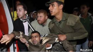 نقل جريح إلى مستشفى الشفاء في غزة