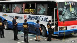 菲律賓警方勘驗被劫持的康泰旅行社旅遊大巴(24/8/2010)