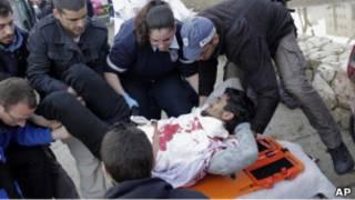 Медики помогают мужчине, пострадавшему в результате взрыва в центре Иерусалима