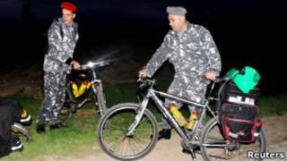 اثنان من القوات الللبنانية بعد عثورهما على دراجات السياح السبعة
