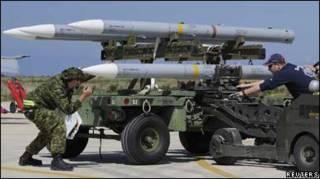 Вояки завантажують ракети на канадійські літаки