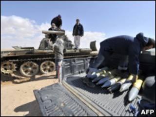 Rebeldes carregam tanque com morteiros perto da cidade de Ajdabiya na quarta-feira