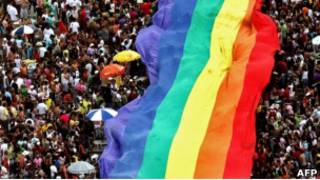 Радужный флаг - символ гомосексуального движения