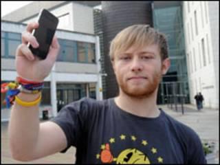 James Bird, após recuperar seu iPhone (Foto: Cascade News)