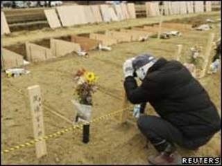 سوگواری بر مزار قربانیان سونامی در ژاپن