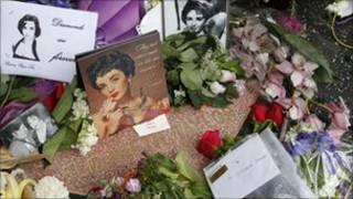 Người hâm mộ đặt hoa tưởng niệm Liz Taylor