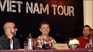 Các thành viên của Backstreet Boys tại họp báo ở tp Hồ Chí Minh hôm 23/3, Nick Carter (ngồi giữa), A.J. McLean (bên trái) và Howie Dorough (phải)
