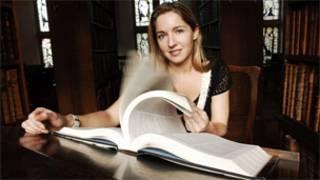La presentadora Victoria Cohen, en un programa de la BBC sobre el OED