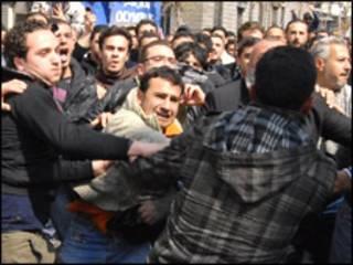 Các phe biểu tình đụng độ ở Syria