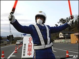 一名日本警員在福島縣岩城市的30公里自願撤離區邊界執勤(25/3/2011)