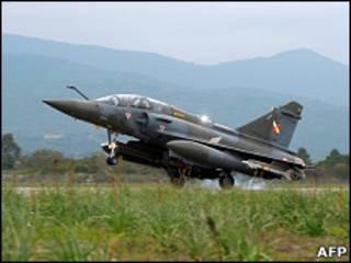 一架法國「幻影2000」戰鬥機在利比亞執行空襲任務後返回科西嘉島的基地(26/3/2011)