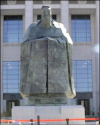 在天安門廣場上的孔子塑像