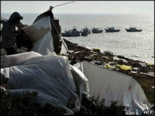 Foto de arquivo mostra tendas de imigrantes em Lampedusa