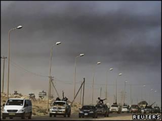 Rebeldes recuam depois de ataque de forças pró-Khadafi perto de Bin Jawad (Reuters)