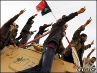 Forças rebeldes que lutam contra o governo de Muamar Khadafi celebram tomada de tanque perto da cidade de Ajdbayah (Reuters)