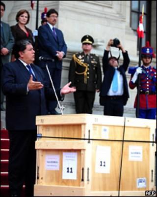Президент Перу выступает около коробки с ценностями